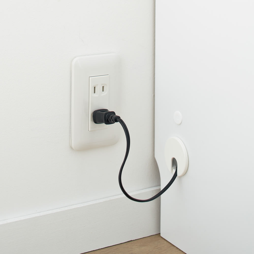 【日本製】壁面や窓下にぴったり収まる高さサイズオーダー本棚収納庫 扉 幅90奥行35cmタイプ 配線コード穴 穴からコードを出し、スムーズに壁のコンセント口に配線できます。
