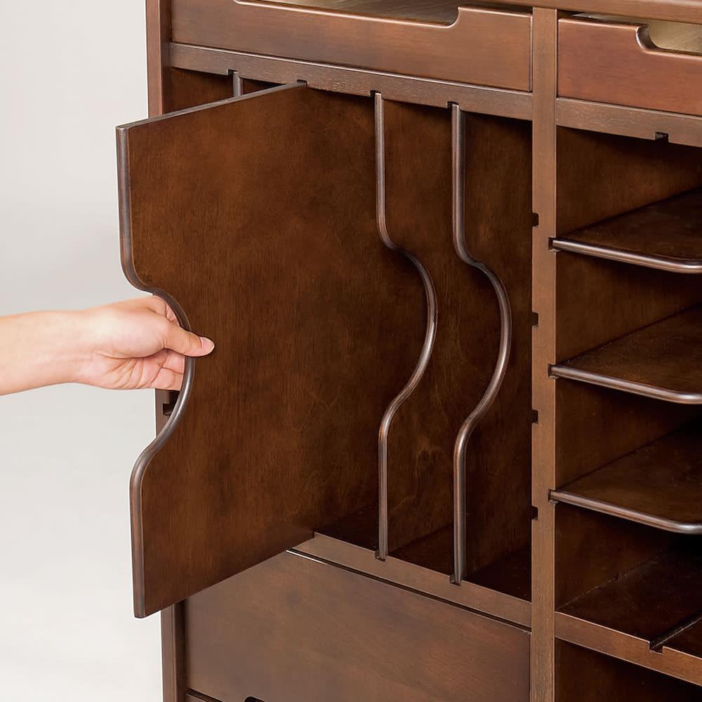 大きくなって長く使える高級感ある天然木仕様ランドセルラック・カバンラック 引き出して使えるトレー棚は縦・横自在に向きを変えられます。本や教材の量の違いに対応するため、左右で棚枚数(間隔)を変えました。