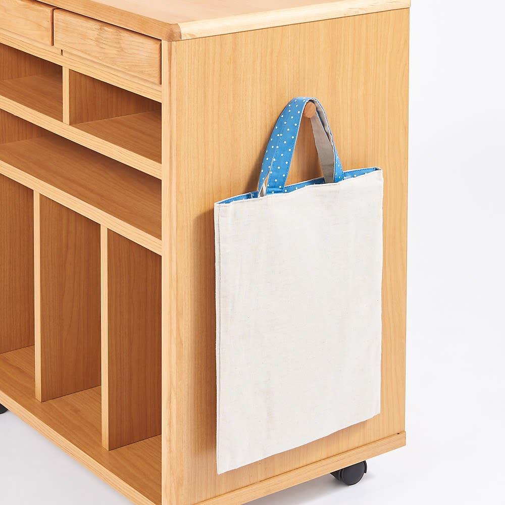 ダイニングテーブルに横付けできる学習棚 フックが左右にそれぞれ付いているので、手提げ袋などをかけられます。