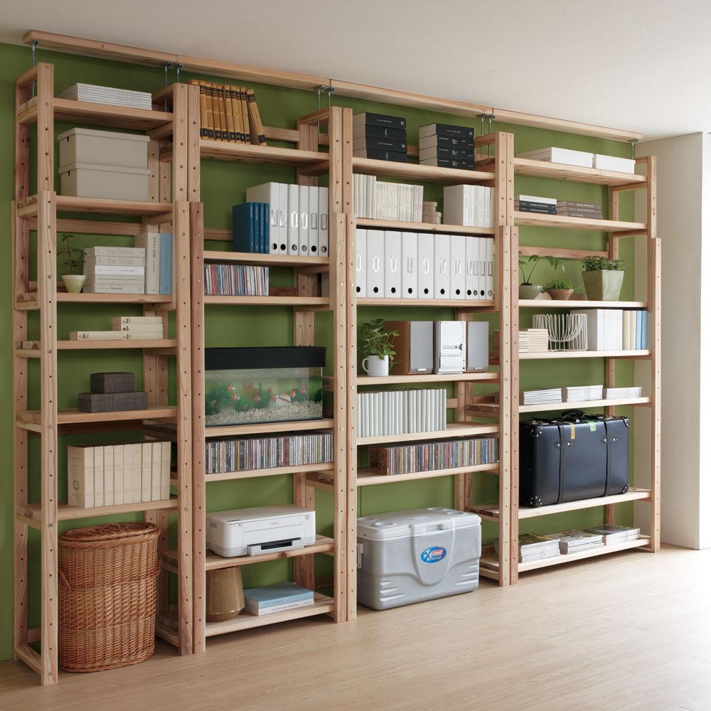 国産杉頑丈突っ張りラック(本棚) 幅119奥行27.5cm 棚板のアレンジで、リビング収納にも活躍。 棚板の枚数と間隔を調節して、スーツケースなど大型のものも収納できます。(最下段の棚板を外した場合は、必ず付属の桟をご使用ください)