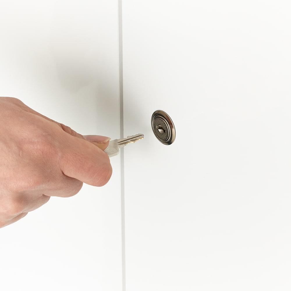 鍵付き本棚ロータイプ 幅80奥行35高さ87cm 右の扉は鍵穴に鍵を差し込んでオープン。