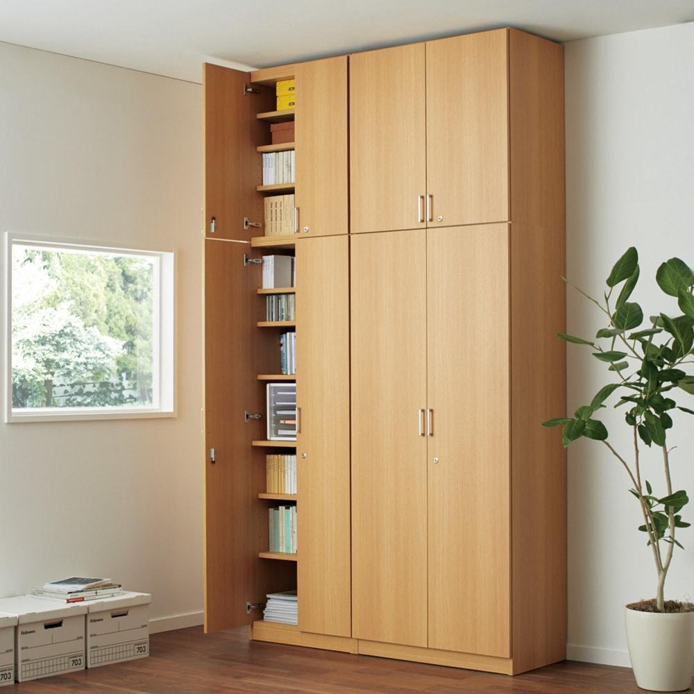 鍵付き本棚ハイタイプ 幅80奥行45高さ180cm 使用イメージ:(ウ)ナチュラル ※お届けの商品は右側の幅80cmハイタイプです。※写真は上置き(別売り)を使用しています。