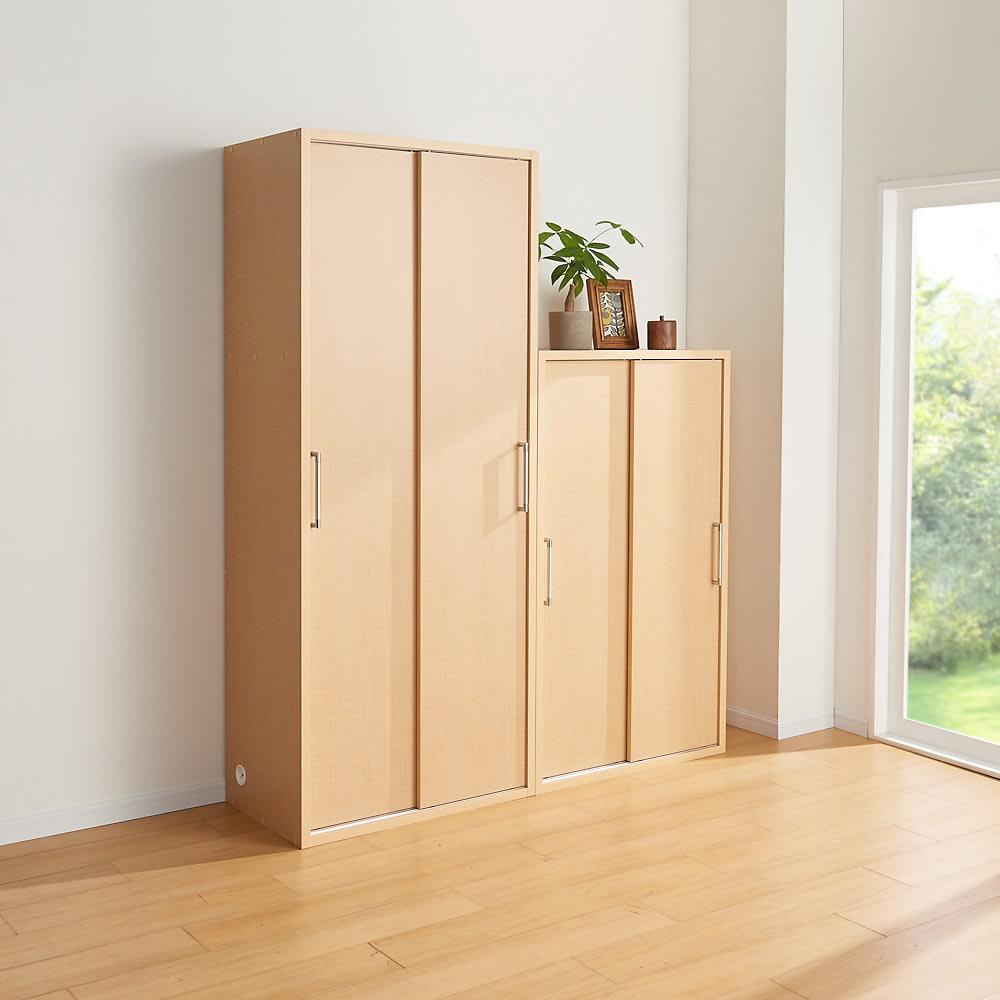 掃除機もしまえる引き戸本棚 ハイタイプ(幅90高さ180cm) 使用イメージ:(ウ)ナチュラル 棚板を全て使えば、前後段違いの大量収納に。 ※写真は幅74cmタイプです。