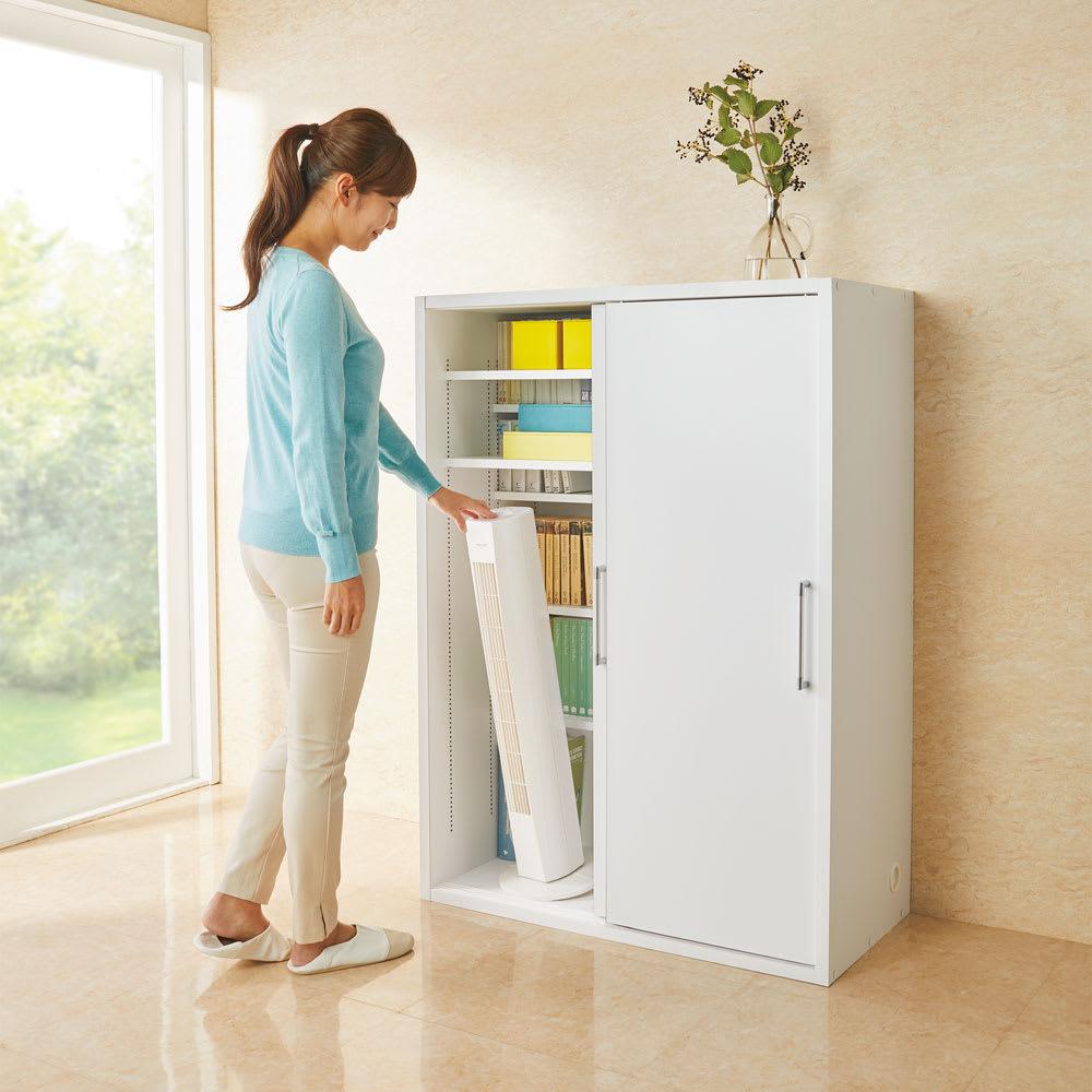 掃除機もしまえる引き戸本棚 ハイタイプ(幅90高さ180cm) 使用イメージ:(ア)ホワイト ※写真はミドルタイプです。 モデル身長160cm