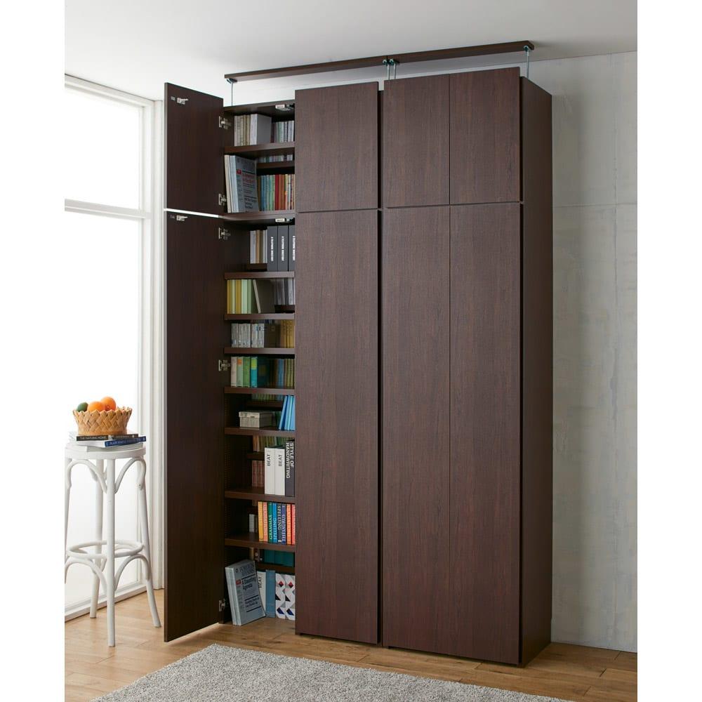 日用品もしまえる頑丈段違い書棚(本棚) 幅60cm 高さ180cm コーディネート例(ウ)ダークブラウン