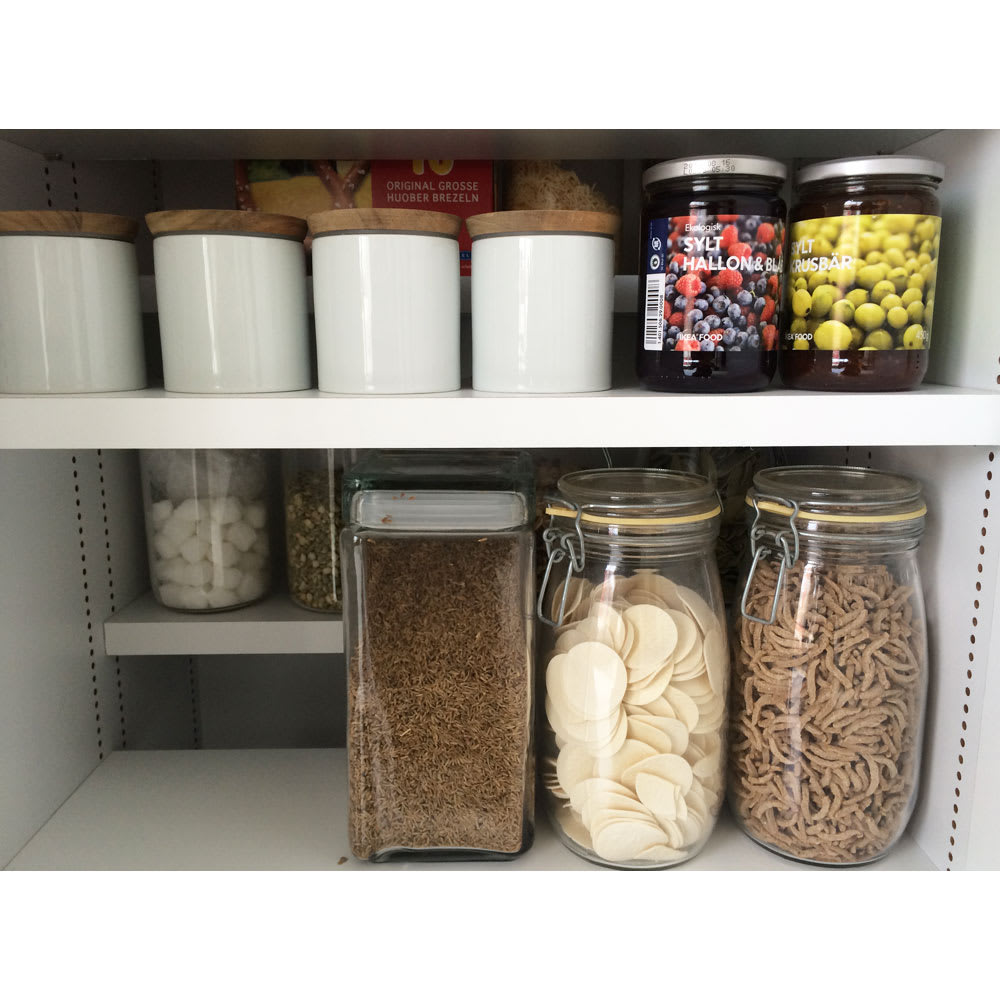 日用品もしまえる頑丈段違い書棚上置き(幅80cm) ビンや缶詰めなど、パントリーとしても使えます。
