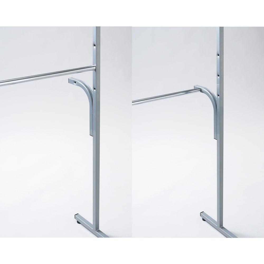 ウォークイン突っ張りハンガー 幅111~200cm・ロータイプ(高さ185~245cm)・カーテンなし 下段ハンガーバーは高さ調整だけでなく背面に可動。ロング丈が掛けられ、空いたスペースにはチェストも収まります。