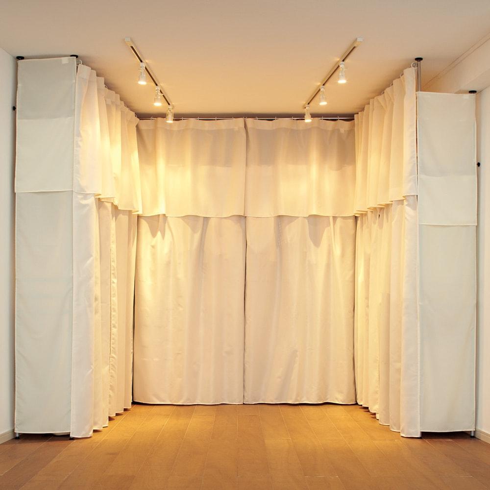 ウォークイン突っ張りハンガー 幅111~200cm・ロータイプ(高さ185~245)・上下カーテン付き 薄型なので対面で使うこともできます。
