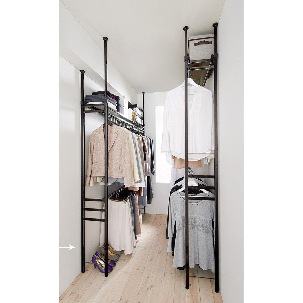 奥行30cm 光沢ブラッククローゼットハンガーラック ロータイプ・幅111~200cm 狭いスペースでもたくさん洋服を掛けられる頑丈仕様です。(※写真は左:ロータイプ・幅111~200cm、右:ハイタイプ・幅111~200cmです)
