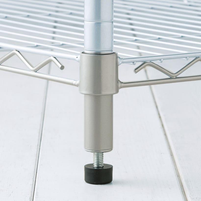 洗えるカバー付き 頑丈ハンガーラック ロータイプ・幅121cm 移動する必要がない場合に便利な、約1cmの高さ調整が可能なアジャスター付きです。