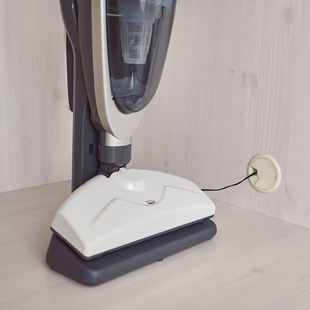 ルーバー 折れ戸クローゼット クローゼット 幅120cm 側板に配線穴があるので、掃除機を収納したまま充電可能。