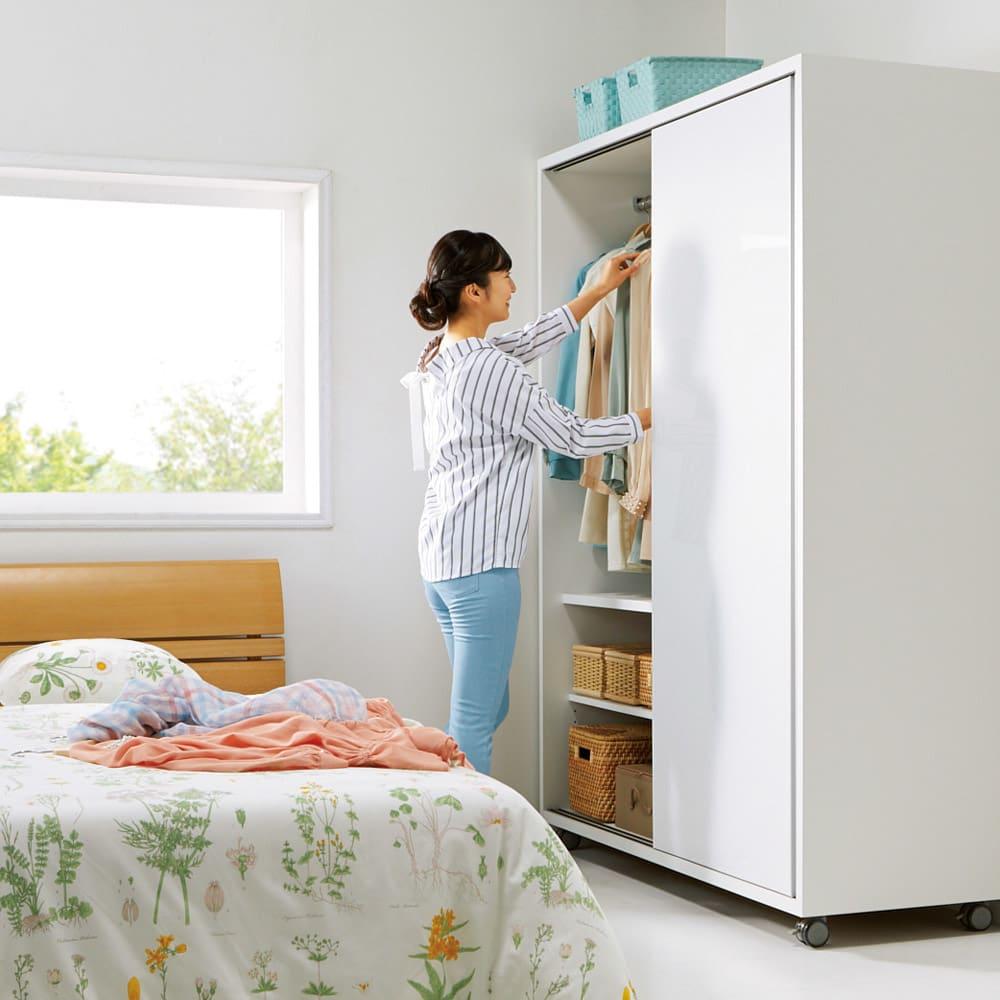 移動らくらく&大量収納光沢引き戸クローゼット 幅90cm 引き戸式なので狭い場所でもストレスなく開閉できます。
