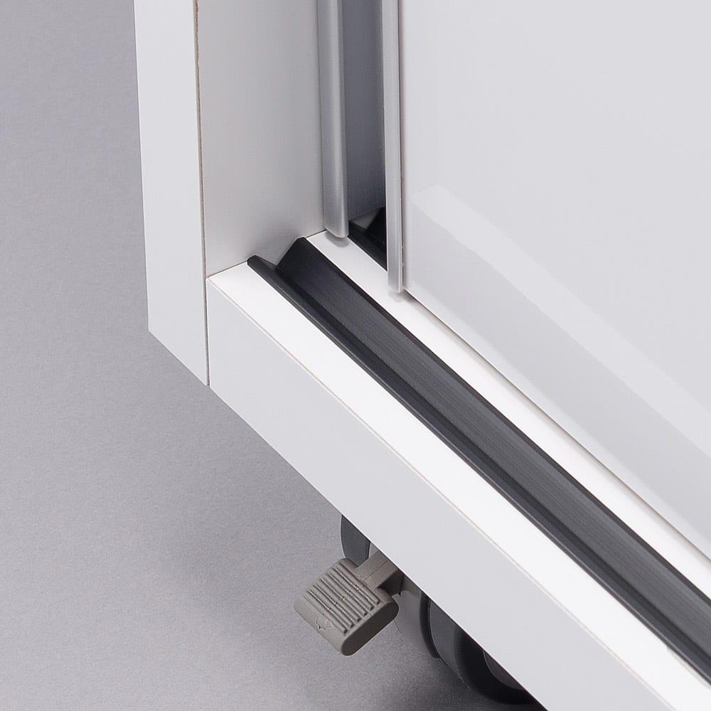 移動らくらく&大量収納光沢引き戸クローゼット 幅90cm 底板にはレールがついているので扉の開閉がスムーズです。