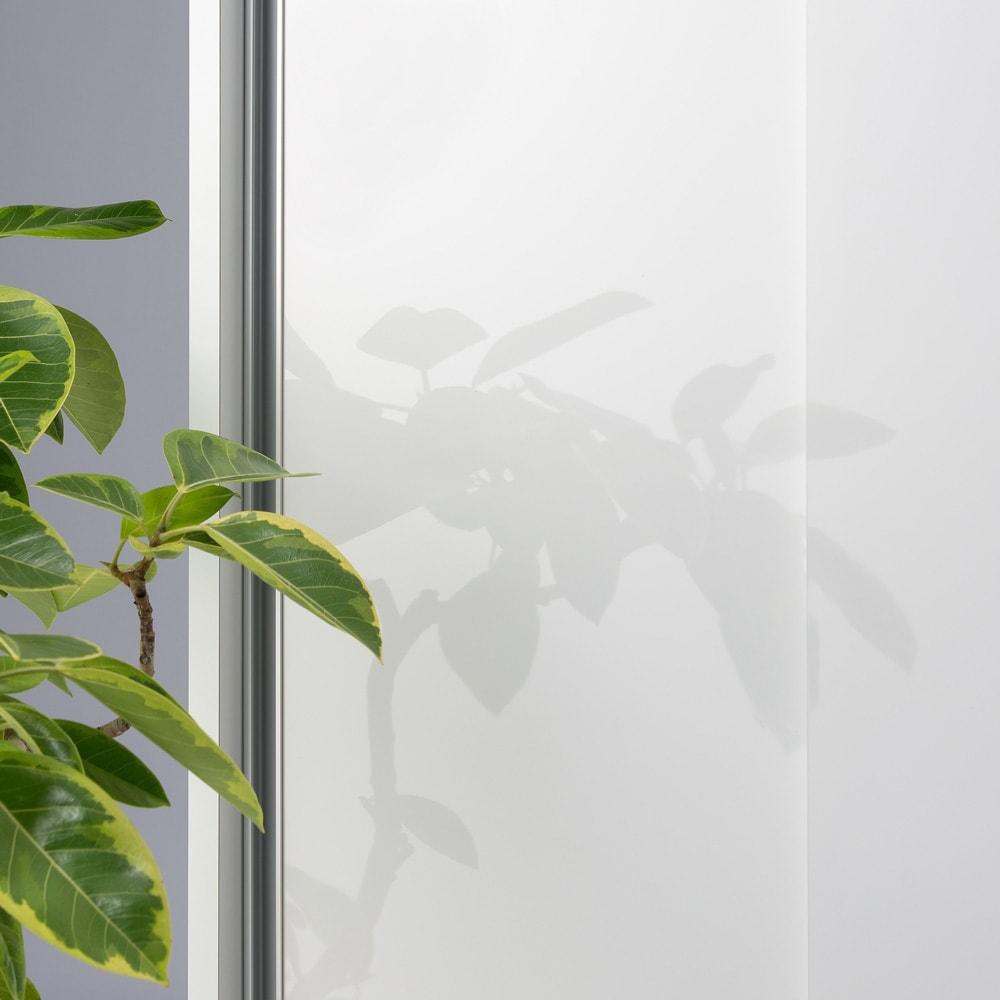 移動らくらく&大量収納光沢引き戸クローゼット 幅120cm 前面はお手入れが簡単な光沢ホワイト。