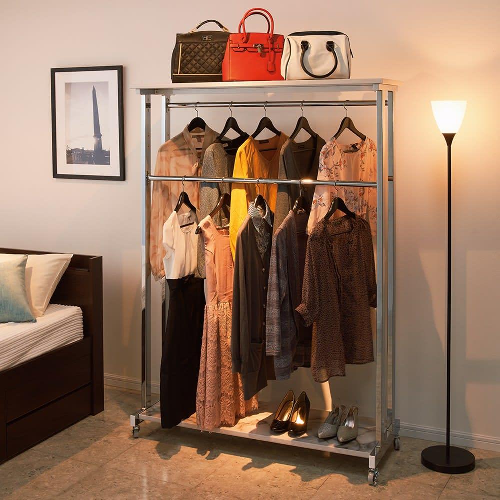 上下大理石調棚付き頑丈ハンガーラック シングル(ハンガーバー1本) 幅90cm ゴージャスな寝室の雰囲気に溶け込んで美しく収納。(※写真はダブルタイプ・幅120cm)