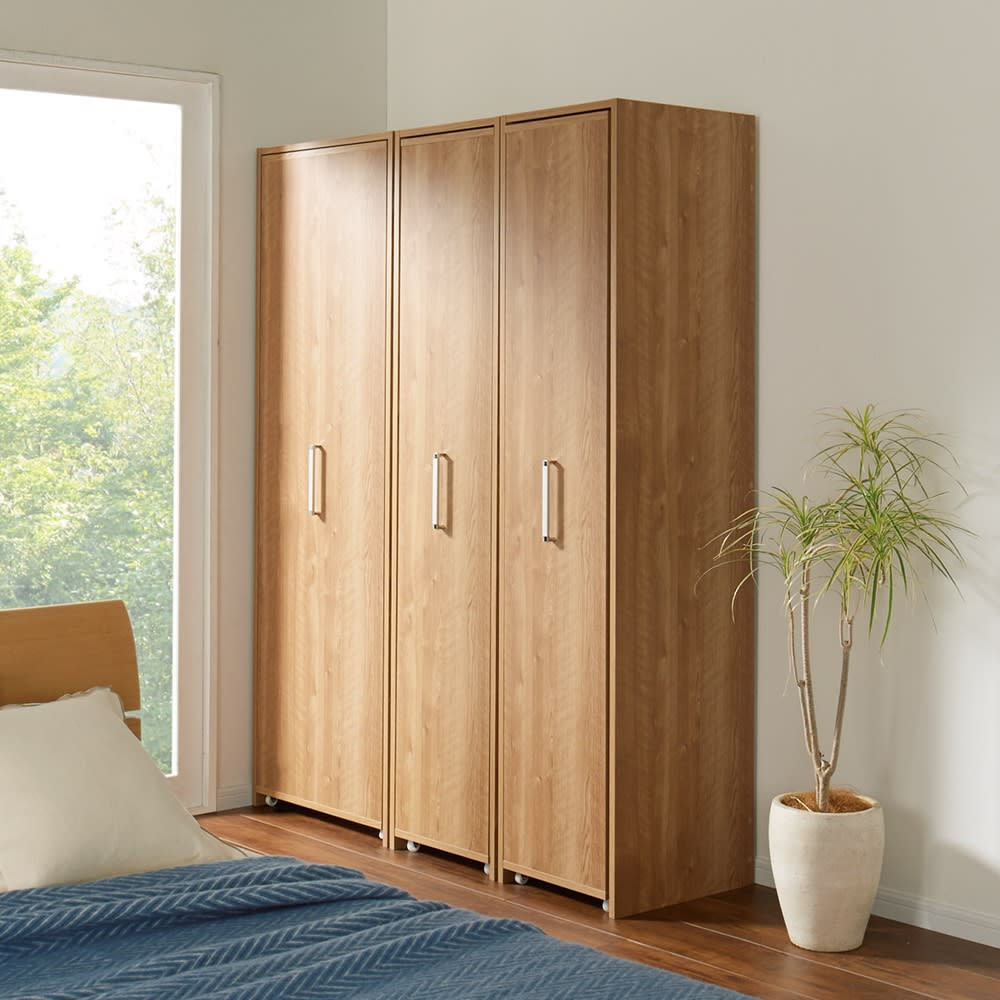 薄型で隠せる収納 衣類収納ロッカー 棚タイプ コーディネート例(ア)ブラウン(扉閉め時) シャープでムダのないフォルムデザイン。