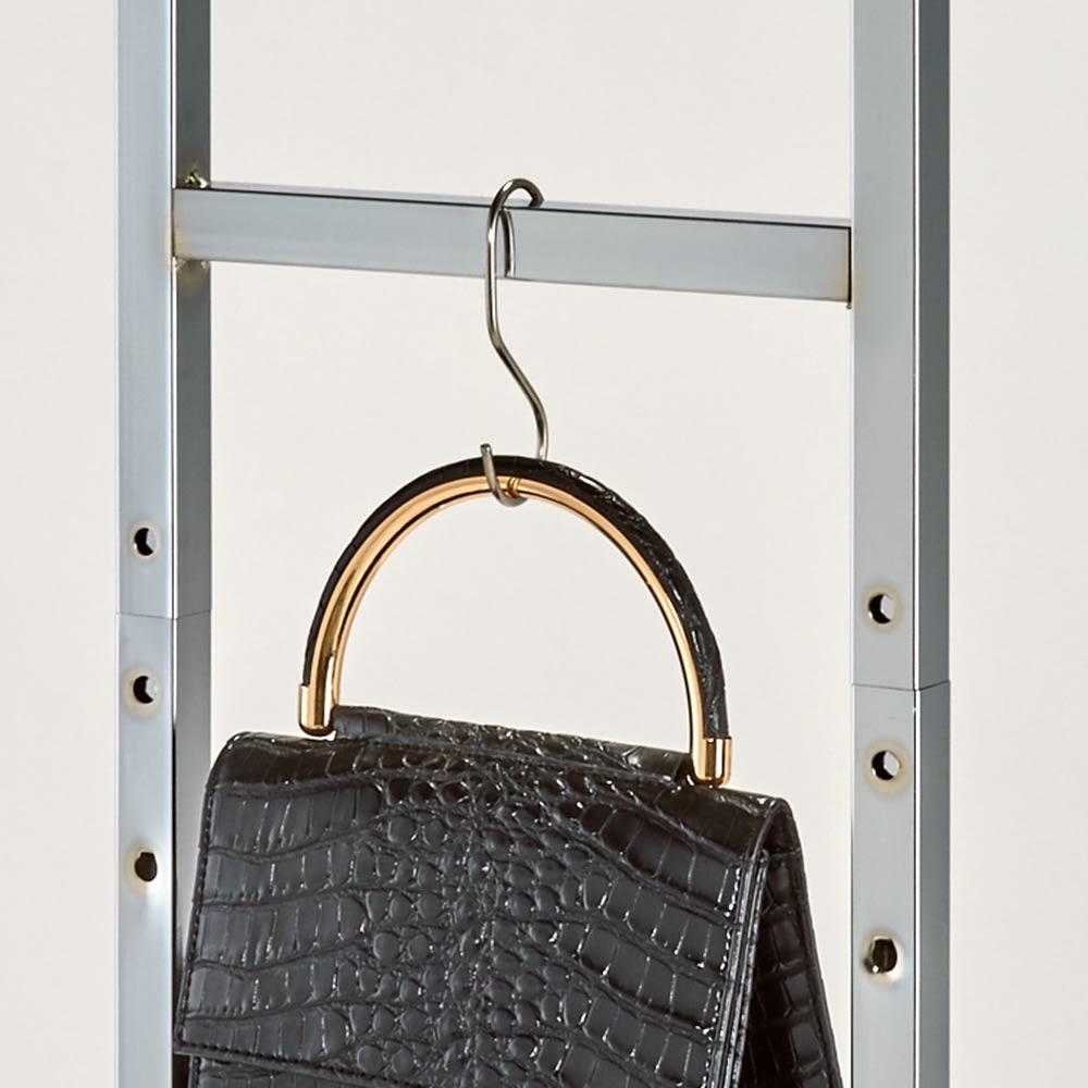 正面向きにも掛けられる薄型ディスプレイハンガー ロータイプ(ハンガー棚2枚) 幅90高さ161cm スカーフやベルトが掛けられるサイドバー。市販のS字フックを利用しても。