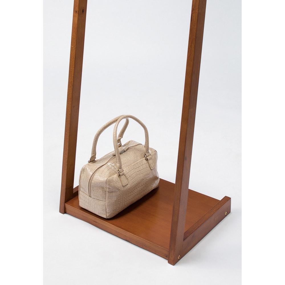 場所を選ばない天然木L型ハンガー 幅40cm 下棚はバッグや箱物などを置くのに便利です。