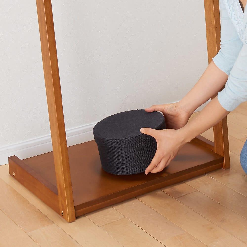 場所を選ばない天然木L型ハンガー 幅50cm 下棚はバッグや箱物などを置くのに便利です。