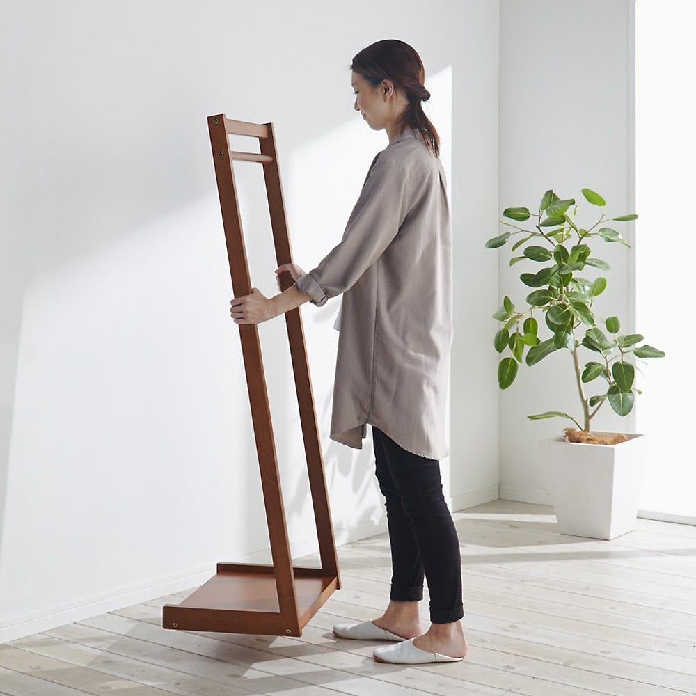 場所を選ばない天然木L型ハンガー 幅60cm コンパクトサイズなので女性ひとりでも移動が簡単にできます。