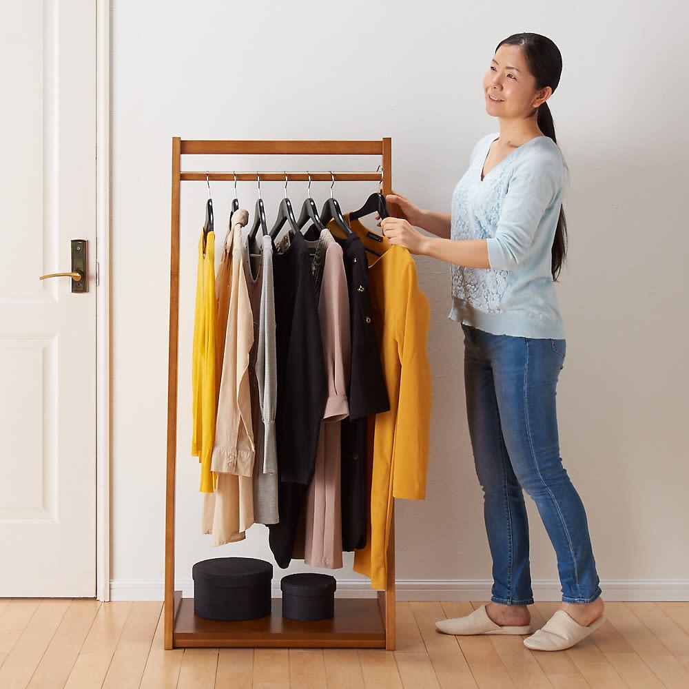 場所を選ばない天然木L型ハンガー 幅60cm 高さ135cmは女性からお子様まで洋服が取り出しやすい高さです。(※写真は幅60cmタイプです)