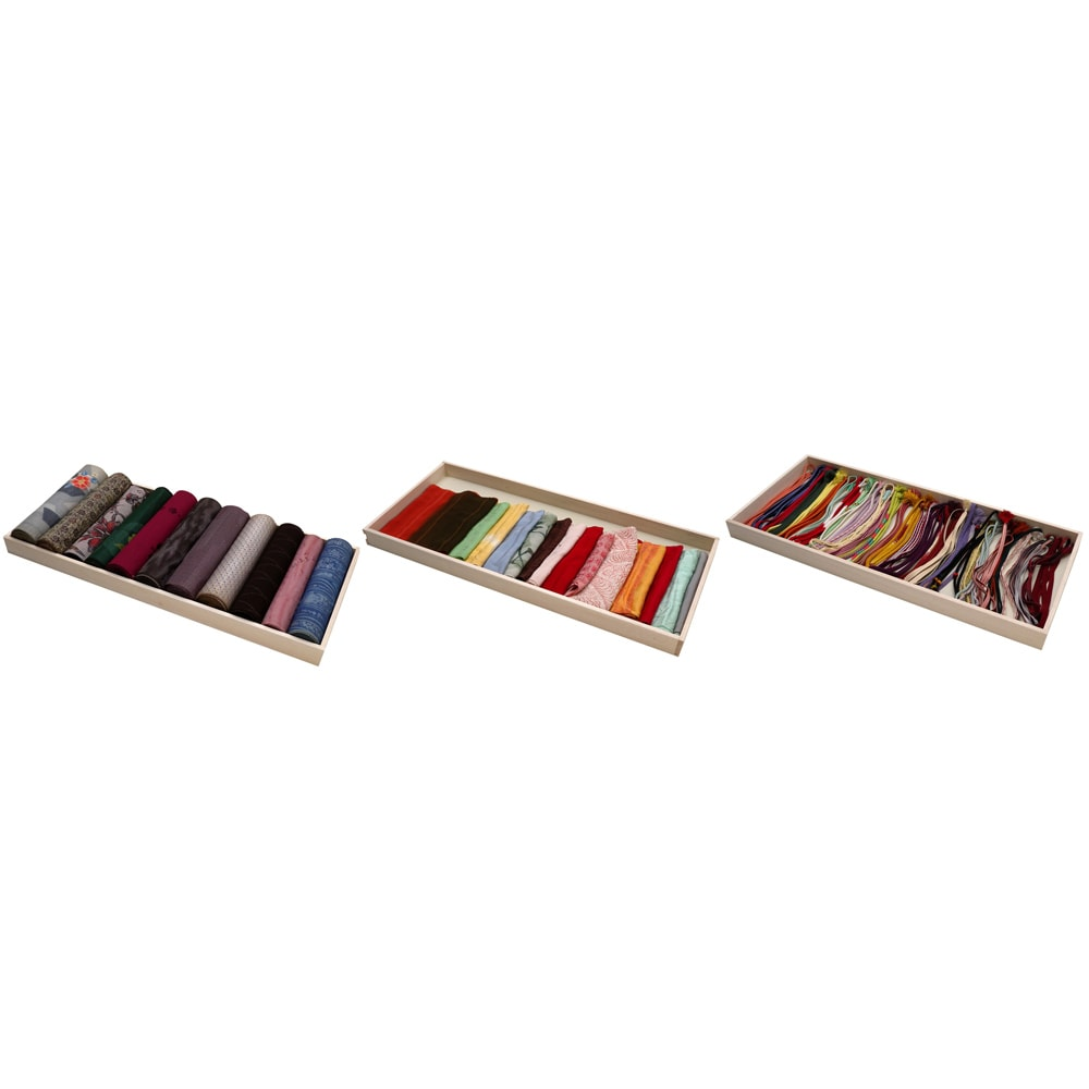 スタイリッシュな着物専用クローゼット 上棚&下盆収納・幅100cm 反物、帯揚げなどを盆に収納する場合の例。
