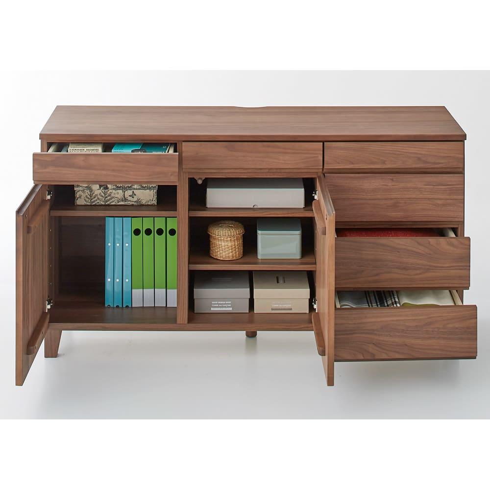 ウォルナット天然木ギャラリー収納シリーズ 幅140cmボード コーディネート例 棚板を外してA4ファイルを収納することも可能。