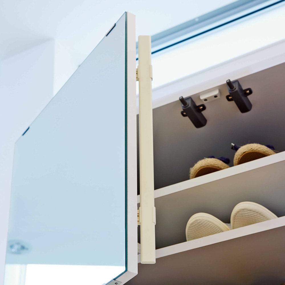 美しく飾れるシューズクローゼット 照明ライト付き 下駄箱幅119.5cm高さ180cm 扉はオートヒンジ付き。ホコリの侵入を防ぎ、左右どちらの扉からでも開閉できます。