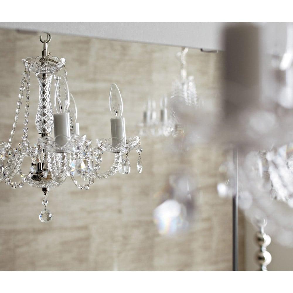 美しく飾れるシューズクローゼット 照明ライト付き 下駄箱幅119.5cm高さ180cm エントランスに華やぎを与えるミラーの輝き (ア)前面:ミラー・本体:ホワイト色は空間を広く見せ、おでかけ前の身だしなみチェックに便利。