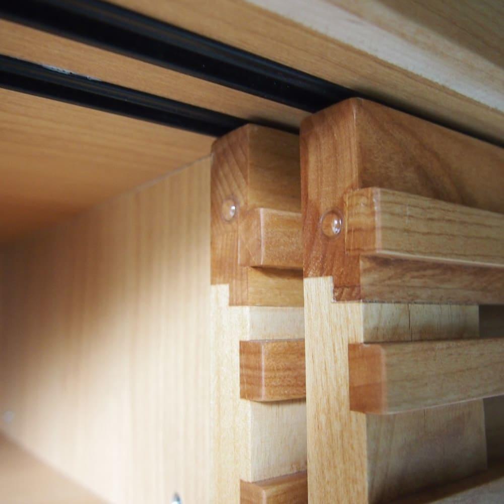 アルダー格子引き戸シューズボックス 幅117cm 引き戸のエンドにはクッション付き