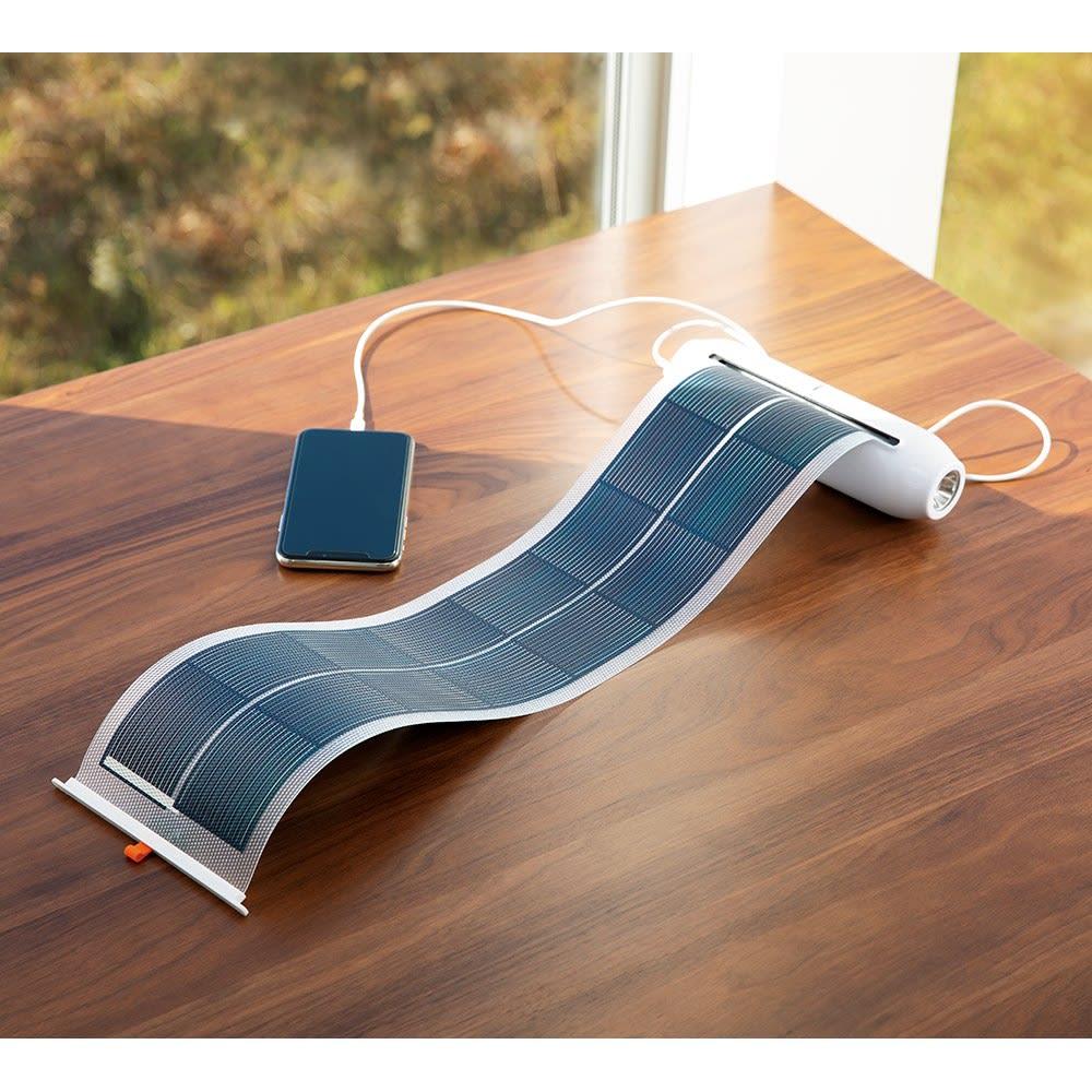 収納式ソーラーシートSOSライト 収納できるソーラーシートを内蔵したライトです。自己発電しながらスマホへの給電も可能! ※スマートフォンの充電ケーブルはお持ちの物をお使いください。