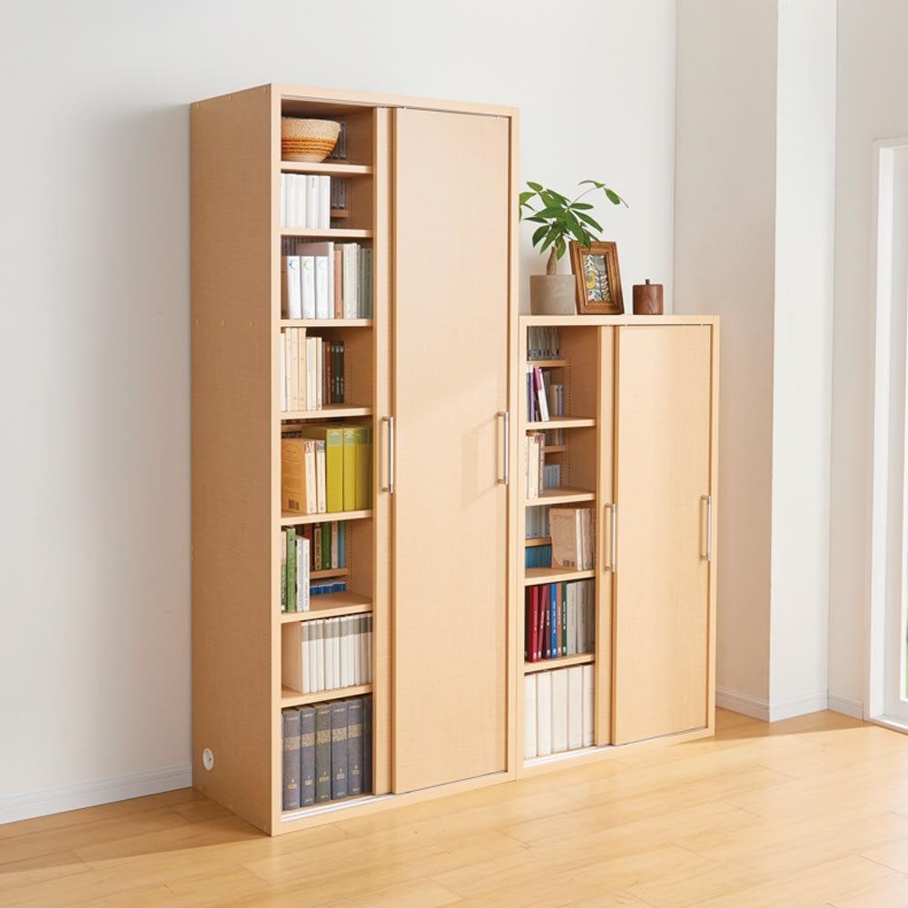 掃除機もしまえる引き戸本棚 ミドルタイプ(幅74高さ125cm) 使用イメージ:(ウ)ナチュラル 棚板を全て使えば、前後段違いの大量収納に。 ※お届けの商品は右側の幅74cmミドルタイプです。