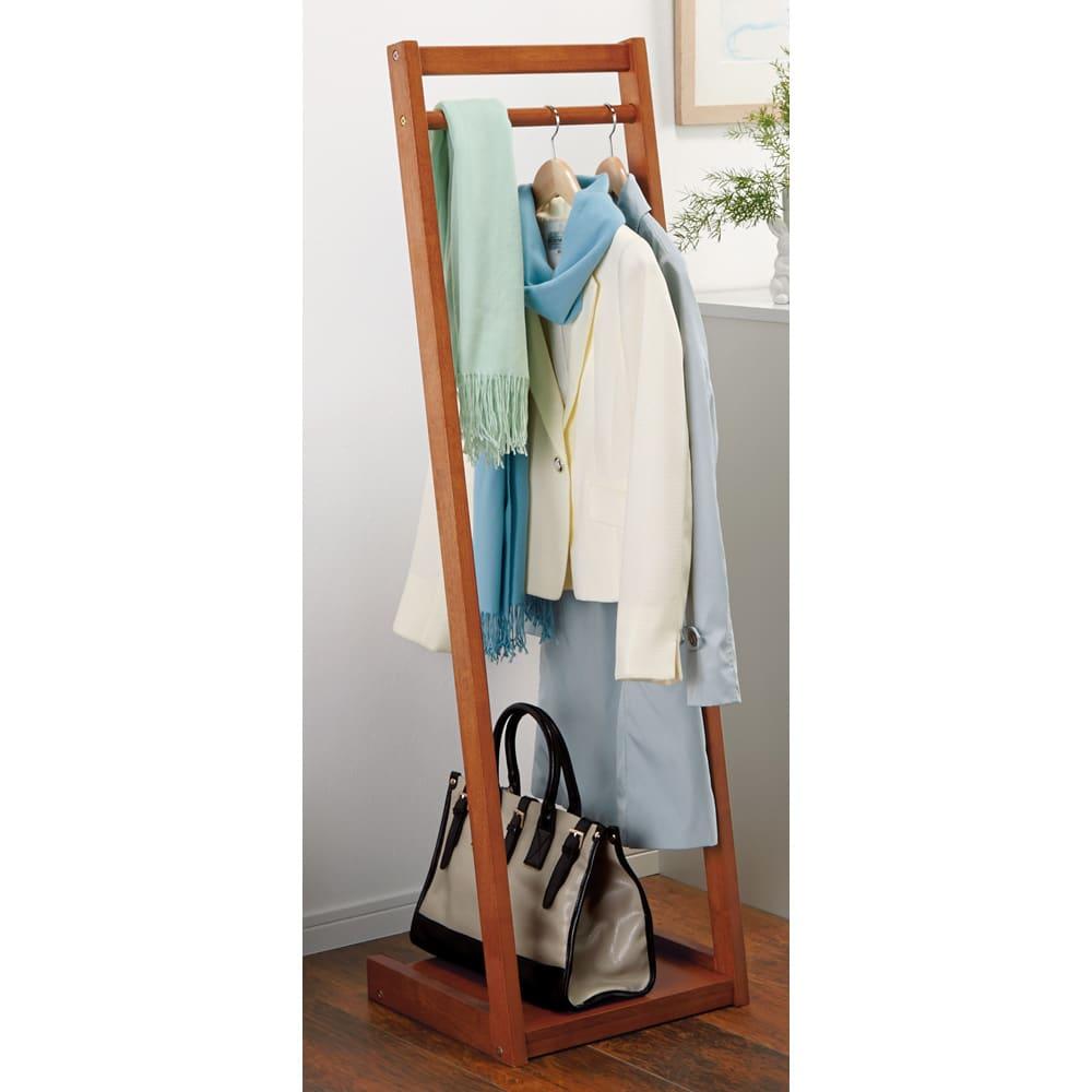 場所を選ばない天然木L型ハンガー 幅40cm 玄関や寝室に置いてもジャマにならず圧迫感を感じないL型デザインです。