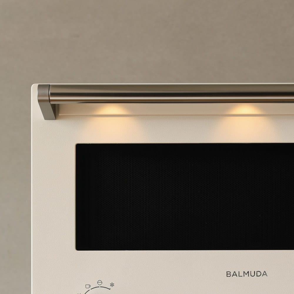 【送料無料/特典付き】BALMUDA The Range(バルミューダ ザ レンジ) カラータイプ[先着200名様 レビューを書いて特典付き] 【LIGHT】扉の開閉時や終了時にはダウンライトのようにハンドルのLEDが点灯。料理をする気分が上がります。