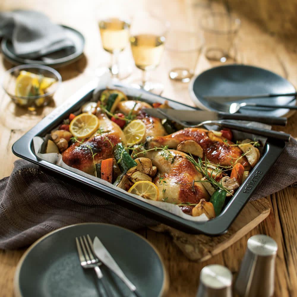 【送料無料/特典付き】BALMUDA The Range(バルミューダ ザ レンジ) ステンレスタイプ[先着100名様 レビューを書いて特典付き] 付属の角皿は約4cmの立ち上がりのある深型。たっぷりの食材を入れてオーブン料理が楽しめます。直接ブラウニーなどスイーツの型としてもOK。そのまま食卓へサーブしてもおしゃれです。