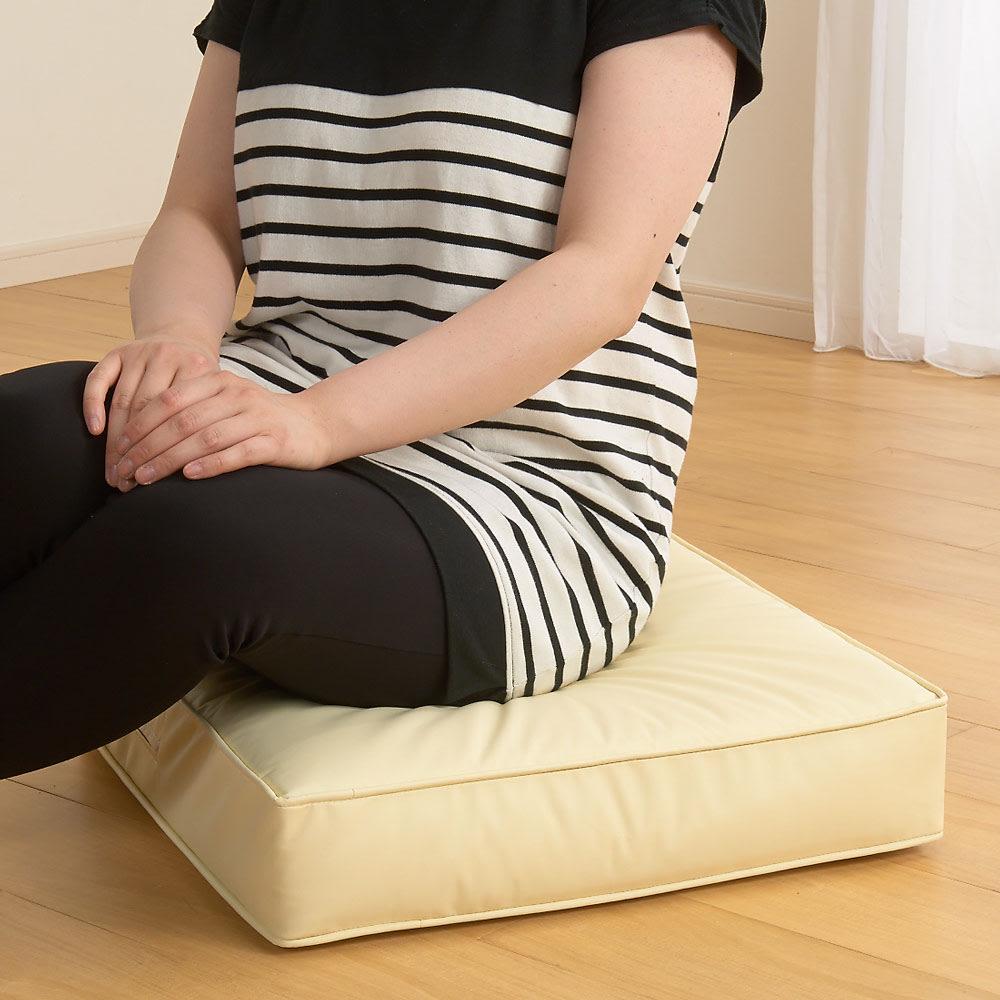 合皮シンプルモダン座布団 角型・お得な同色4枚組 硬めのすわり心地で座ってもさほど沈みません。しっかりお座りいただけます。
