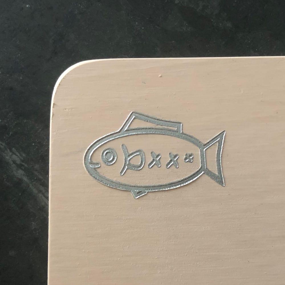 プロも納得 抗菌力が持続する取っ手の付いたまな板パルト お得な2点セット レギュラー+ミニ 魚のイラスト側で肉や魚を。