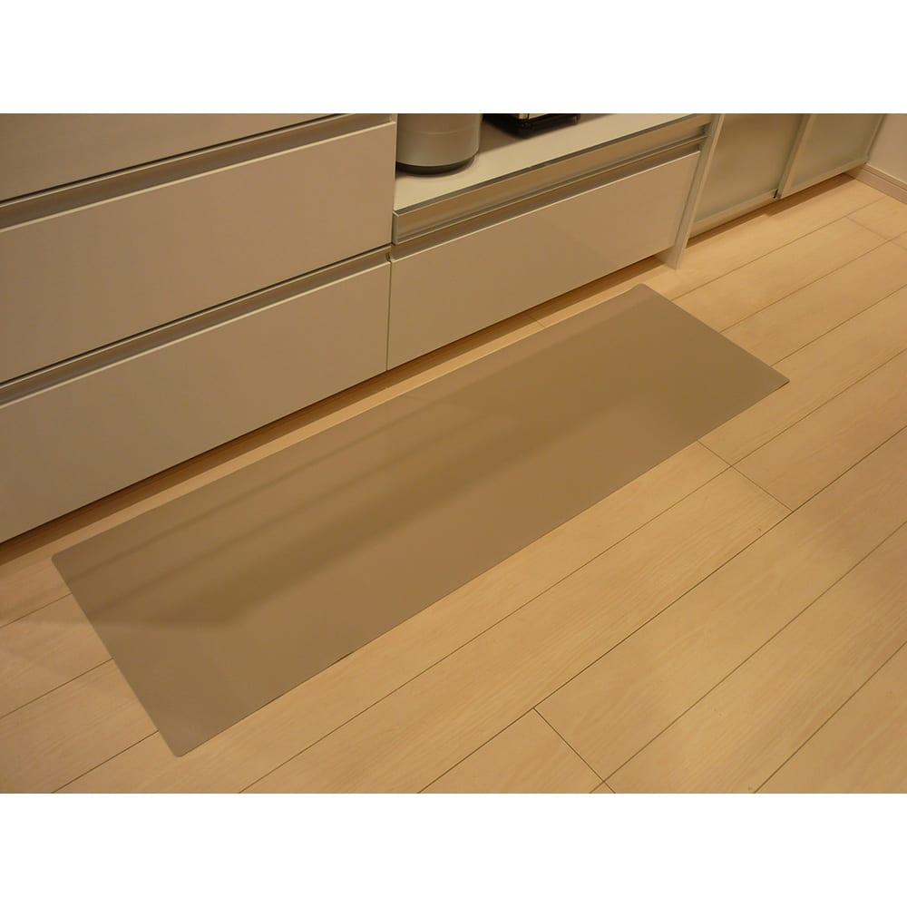 本革調キッチンマット【奥行80cm】 使用イメージ(イ)グレイッシュブラウン