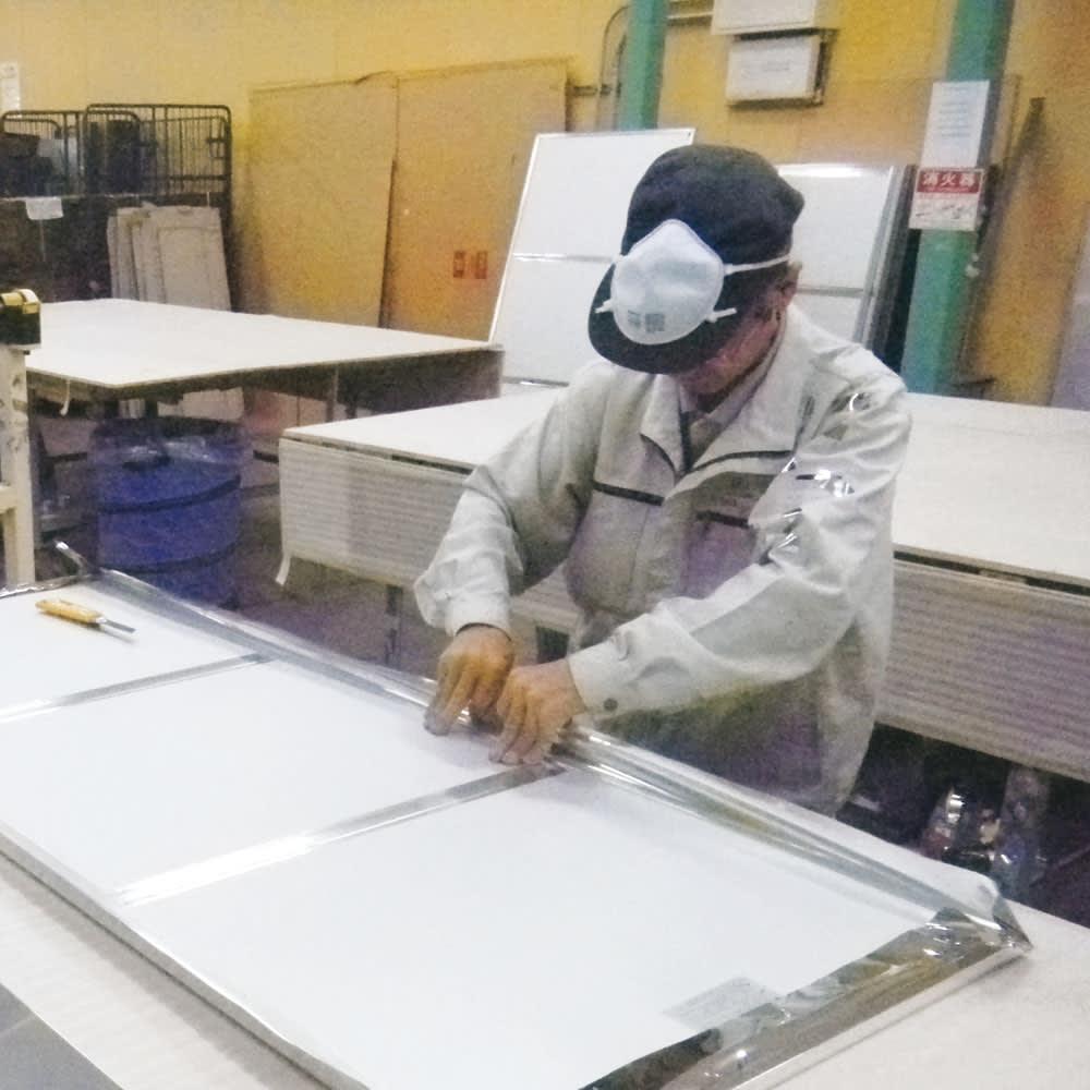 割れない軽量フィルムミラー 細枠 20×180cm メイド・イン・ジャパンの実力。丁寧な手張りで1つ1つ作られています。