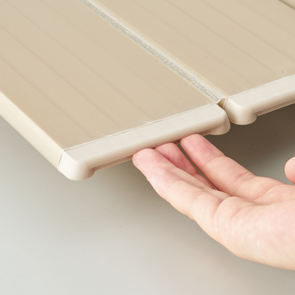 銀イオン配合 軽量・抗菌 折りたたみ式風呂フタ 159×75cm・重さ2.8kg ヘリのくぼみに指が入って畳みやすい設計。