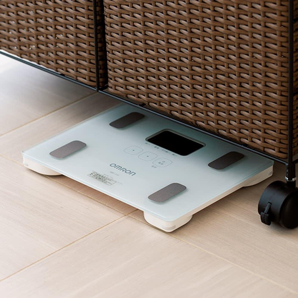 ラタン風 ランドリーチェスト ワイドトール4段(幅70・奥行30・高さ100cm) ※体重計の大きさによります。 下のすき間には、体重計が収納できて便利。