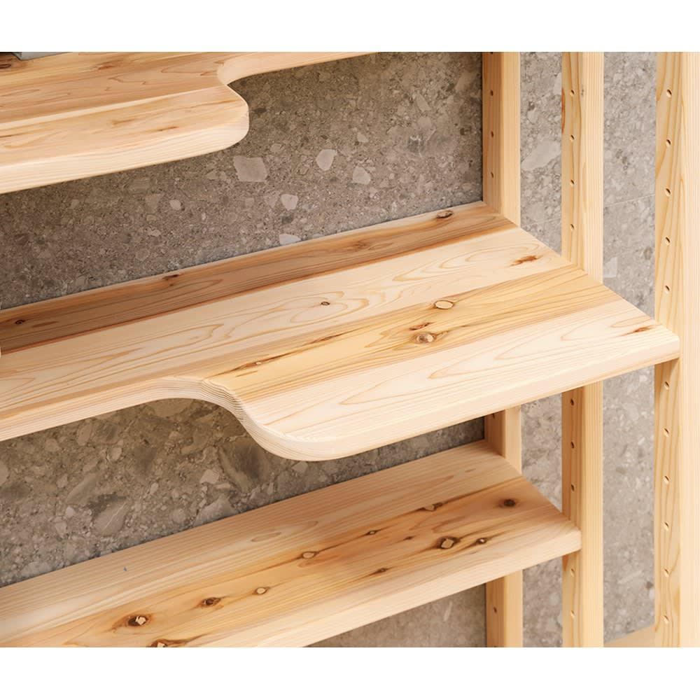 国産天然杉の ネコも遊べる オープンラック 幅77cm 高さ179cm 本のサイズに合わせて6cm間隔で移動できる4枚の可動棚が付いています。可動棚板の奥行は、広い部分が41cm、狭い部分でも22.5cm。最上段と最下段は奥行41cmの固定棚。