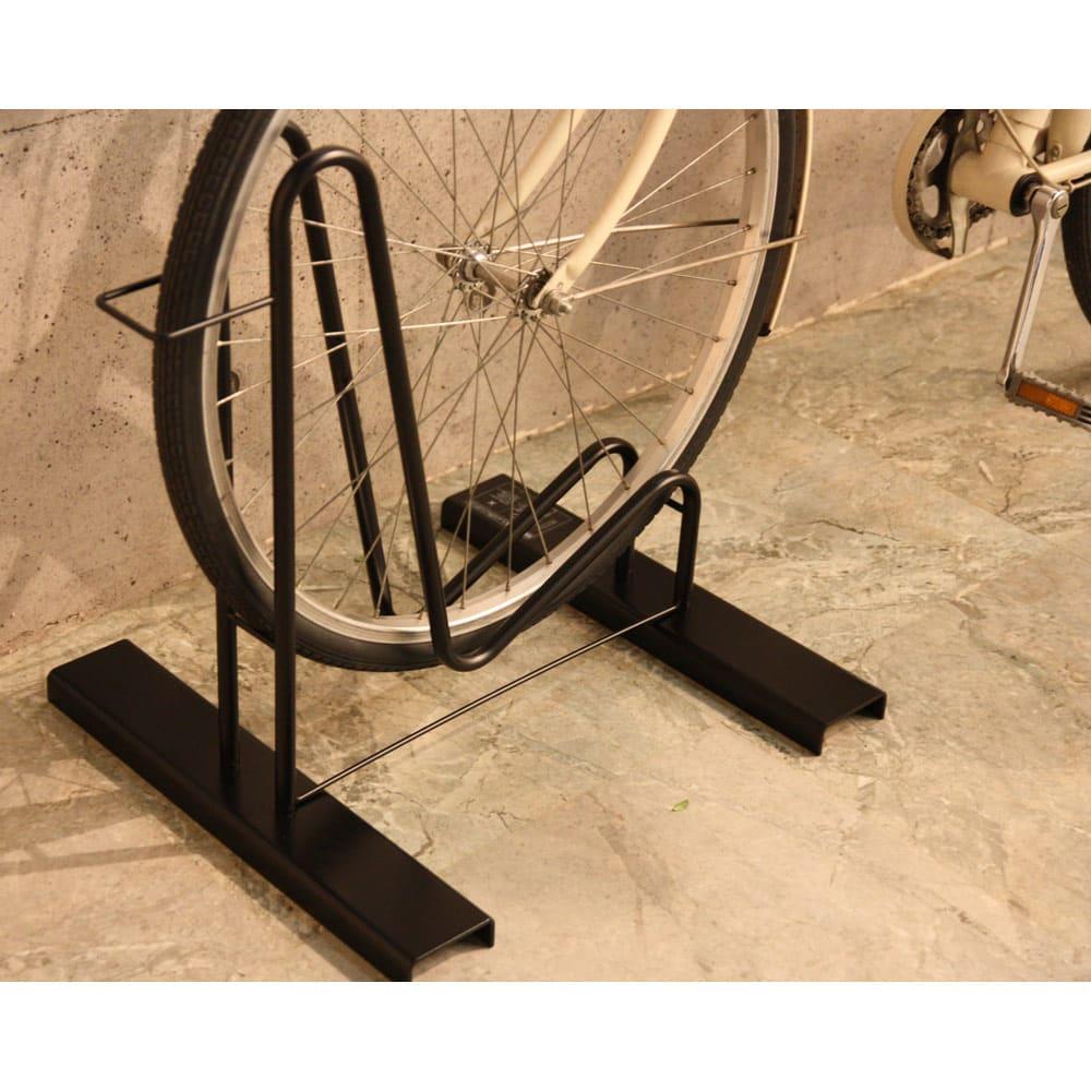頑丈自転車スタンド 自転車が左右にふらつきにくいつくりです。