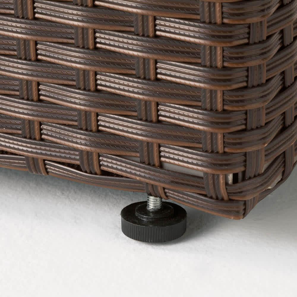 ラタン調コンパクトシリーズ〈ブラウン〉 薄型ベンチ幅60 脚部アジャスター付きで段差のある場所もOK。