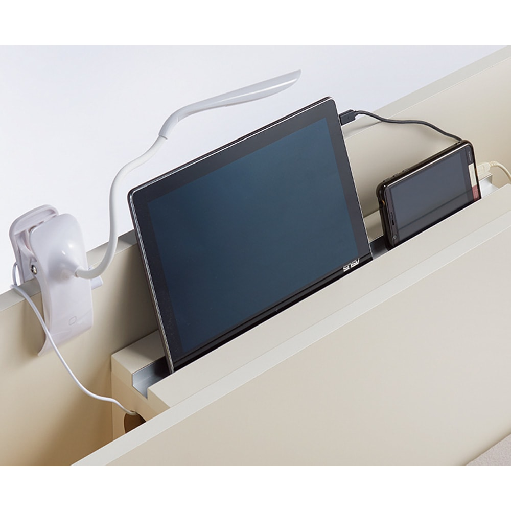 寝そべりながらタブレットが使えるベッド フレームのみ コード類を棚の内部に収納しスマホやタブレットを充電しながら魅せる収納に。棚にタブレットが立てかけられる溝を施しました。