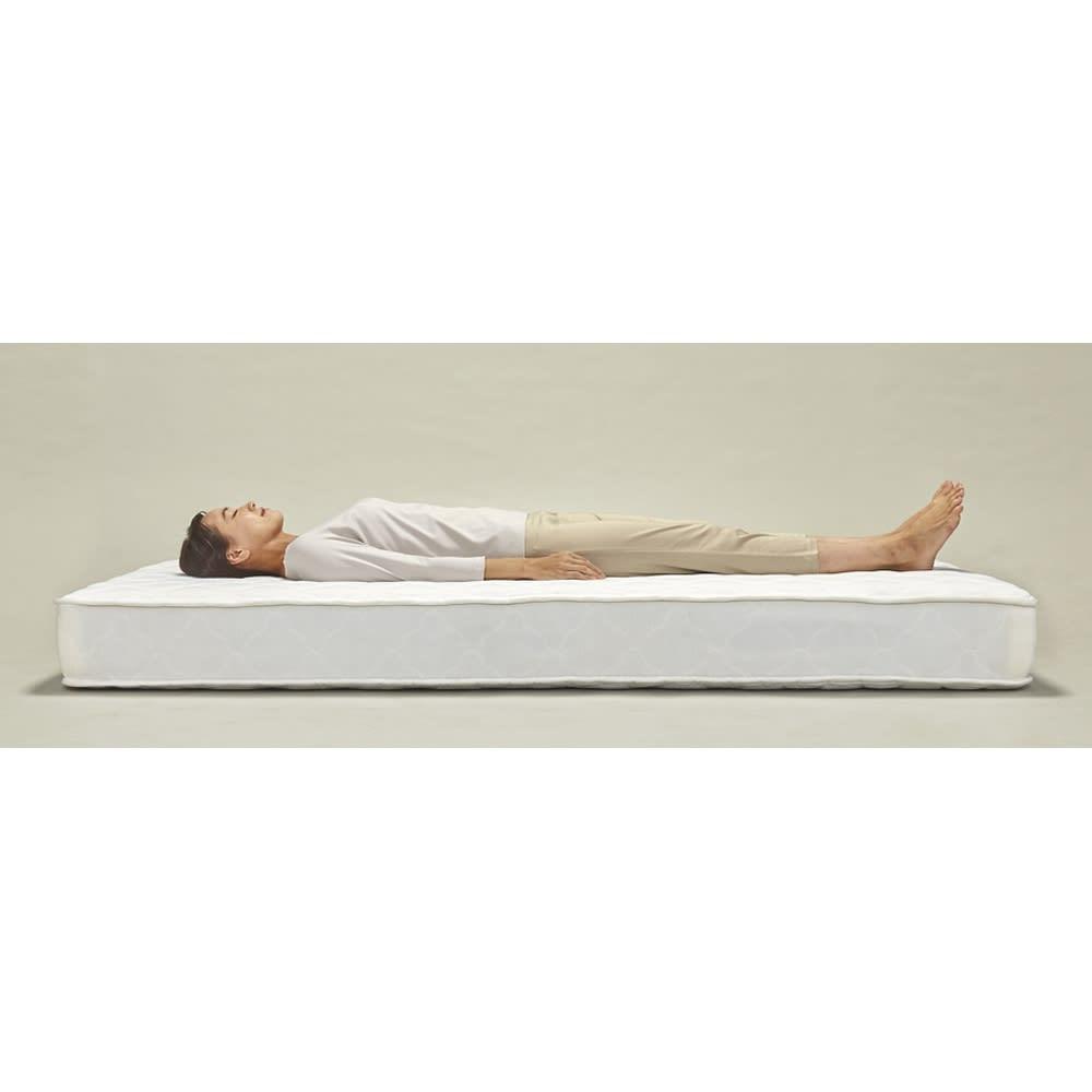 寝そべりながらタブレットが使えるベッド ポケットコイルマットレス(厚さ19cm)付き 体をしっかり受け止め、包み込まれるようなホールド感。体圧分散に優れ、横揺れが少ないので、横向きや二人で寝られる方にオススメです。マット硬さ=ミディアム