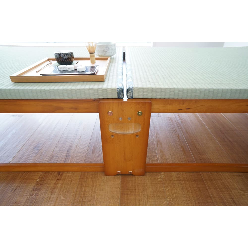 畳空間を簡単に演出できる折りたたみベッド(棚なし) 折りたたむときは、真ん中の取っ手を持ち上げるだけ。