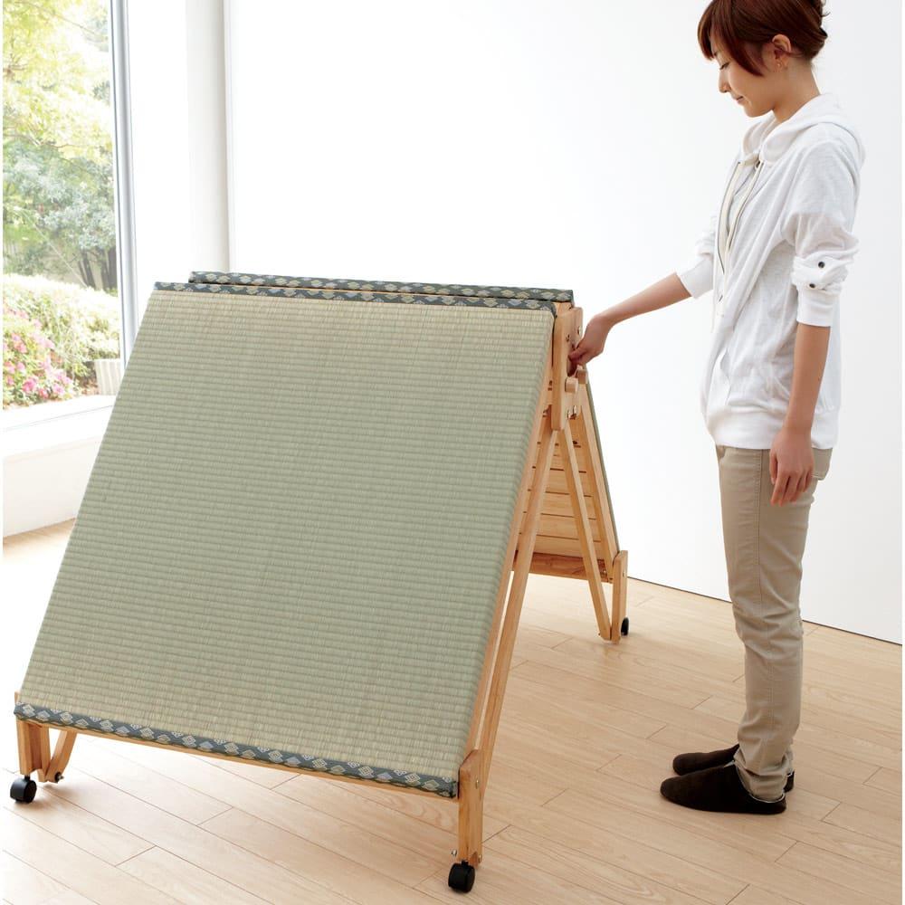 畳空間を簡単に演出できる折りたたみベッド(棚なし) 女性も出楽々折りたたみスプリング付きで、女性でも折りたたみがラク。キャスターの動きもスムーズです。