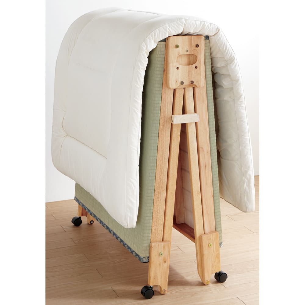 畳空間を簡単に演出できる折りたたみベッド(棚なし) 布団をのせたまま二つ折りでき、窓辺へキャスターで運んでラクに干せます。 コの字のストッパー付き。