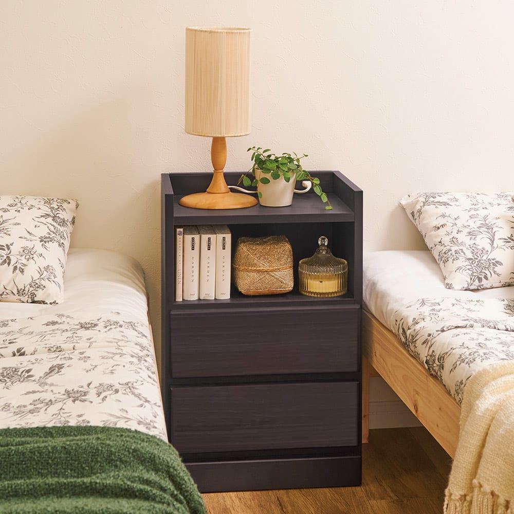 すき間ナイトテーブル ツインベッドの間に置いて、充実した寝室空間を演出。 (イ)ダークブラウン ※写真は幅40cmタイプです。
